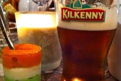 Un verre de bière lors d'une soirée sur le thème de l'Irlande et sa verrine aux couleurs du drapeau irlandais