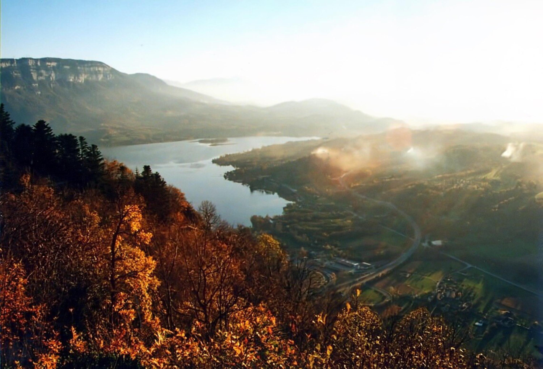 Lac de montagne en automne
