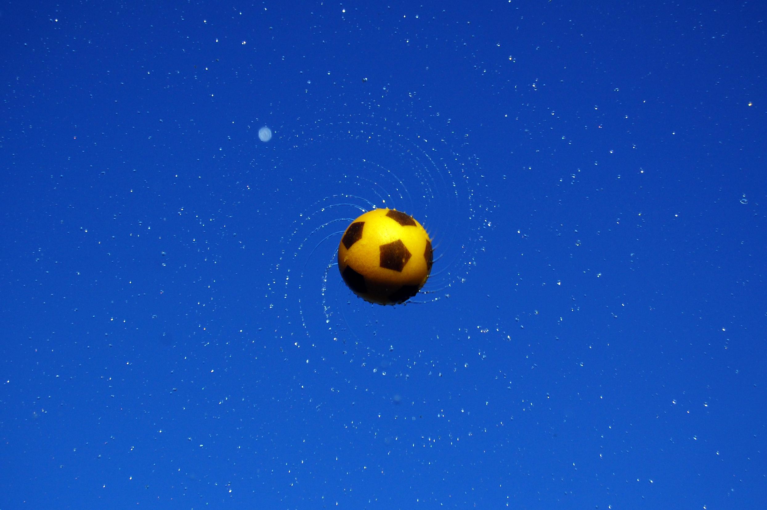 Ballon : Gerbe d'eau par un ballon lancé en l'air en tournant sur lui même