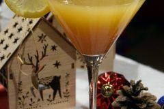 Cocktail de réveillon et tranche de citron dans verre à Martini Dry